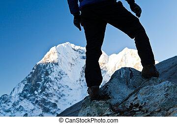 hiking homem, em, himalaya, montanhas