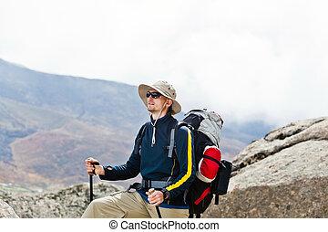 hiking homem, em, montanhas