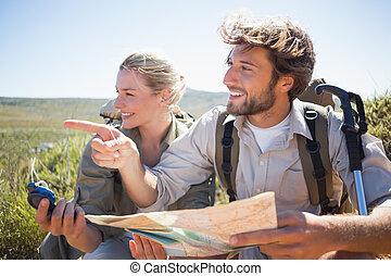 hiking kobl, tage et brud, på, bjerg terræn, bruge, kort,...