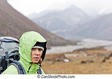 hiking mulher, em, himalaya, montanhas