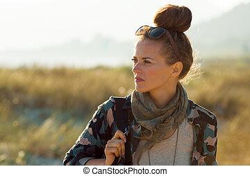 hiking mulher, jovem, lado, olhar, ao ar livre, roupas