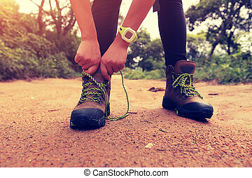 hiking mulher, shoelace, rastro, floresta, amarrando