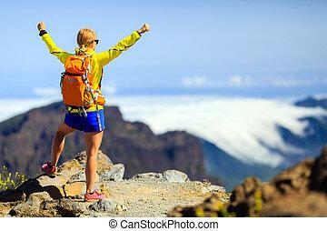 hiking, powodzenie, szczęśliwa kobieta, w, góry