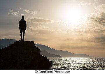 hiking, silueta, mochileiro, homem, olhando oceano