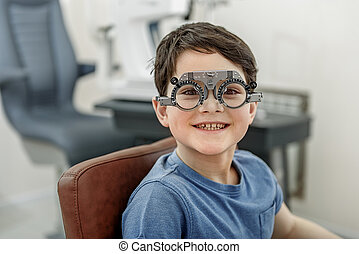 hilarious, sorrindo, criança, em, espetáculos