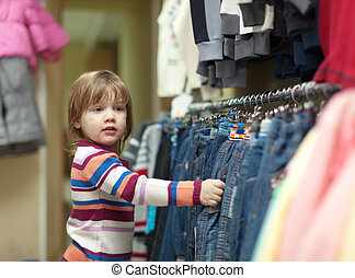 hild  at  clothes shop