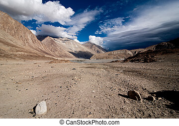 himalaya, alto, montagna, paesaggio., deserto, sotto, drammatico, nuvoloso, sky., india, ladakh, altitudine, 4600, m