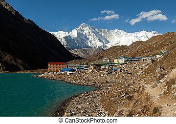 himalayas., gokyo, ri, montañas, de, nepal, nieve cubrió, alto, picos, y, lago, no, lejos, de, everest.