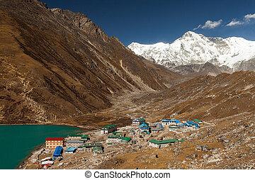himalayas., gokyo, ri, montagnes, de, népal, neige a couvert, élevé, crêtes, et, lac, pas, loin, depuis, everest.