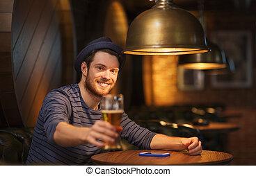 hinder, pub, öl, drickande, man, eller, lycklig