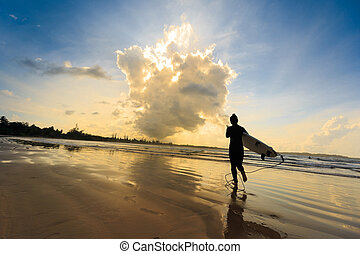 hintere ansicht, von, junge frau, surfer, mit, weißes, surfbrett, auf, a, sandstrand, an, sonnenaufgang
