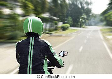hintere ansicht, von, motorrad, taxifahrer, hetzen
