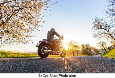 hinterer blick, von, motorrad, treiber, auf, straße