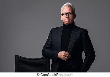 hintergrund, businessman., alt, schauen, mann, formalwear, freigestellt, fotoapperat, während, stehende , graue , sicher