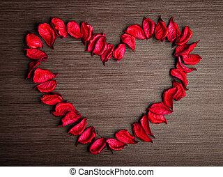 hintergrund, in, der, stil, von, valentines, day., blütenblätter , von, rote rosen, in, der, form, von, a, herz, auf, a, hölzern, hintergrund