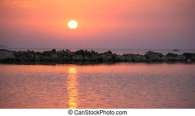 hintergrund, landschaftlich, auf, behing, rotes , video, 4k, meer, sonne, schließen, steigend, sonnenaufgang, rising.