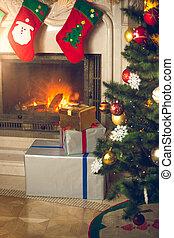 hintergrund, von, weihnachtsbaum, an, wohnzimmer, mit, brennender, kaminofen, dekoriert, mit, traditionelle , strümpfe, für, geschenke