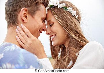 hippie, coppia, giovane, fuori, sorridere felice