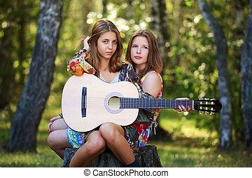 hippie, flickor, med, gitarr, sittande, på, den, stubbe