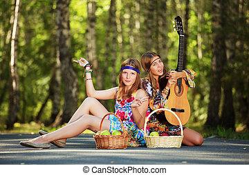 hippie, flickor, med, gitarr, sittande, vägen