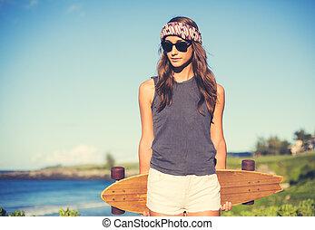 hipster, flicka, med, skridsko planka, bärande solglasögoner