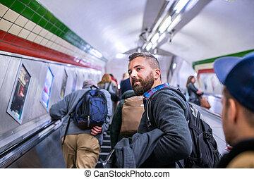 hipster, man staand, op, de, roltrap, in, londen, metro
