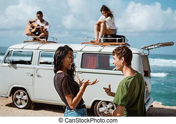 hipster, menina, relaxante, com, amigos
