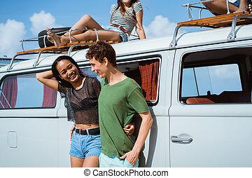 hipster, menina, relaxante, com, amigos, em, dela, verão, viagem estrada, cuidado