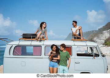 hipster, menina, relaxante, com, amigos, ligado, a, retro, furgão, telhado