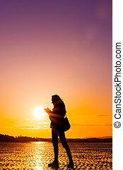 hipster, ragazza, spiaggia, durante, tramonto