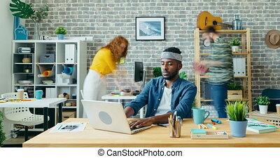 hipster, utilisation, défaillance, bureau, afro-américain, moderne, temps, ordinateur portable, beau