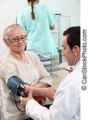 his, врач, принятие, patient's, давление, кровь