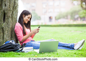 hispânico, estudante universitário, texting