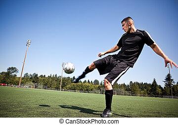 hispânico, futebol, ou, jogador de futebol, chutando, um,...
