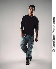 hispânico, macho, modelo, posar, ligado, cinzento, fundo