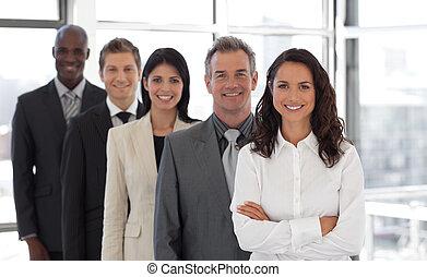 hispânico, mulher negócio, guiando, um, equipe, de, trabalhadores