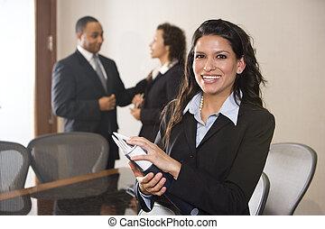 hispanic, affärskvinna stå, in, direktionskontor, kolleger,...