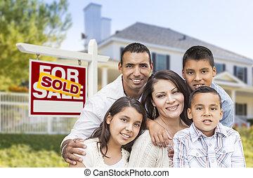 hispanic familie, voor, sold, vastgoed voorteken, woning