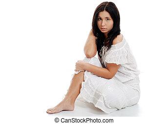 hispanic kobieta, krzyżowane nogi, posiedzenie