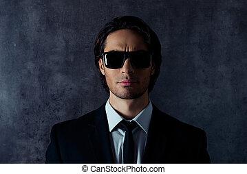 hispanic mann, besitz, ernst, brille, grauer hintergrund