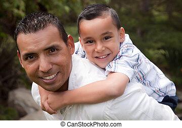hispanic, ojciec i syn, mająca zabawa, w parku