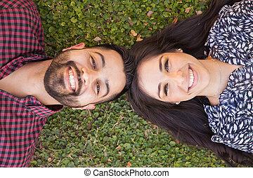 hispanic paart, glücklich, draußen