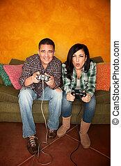 hispanic paart, spielende , videospiel