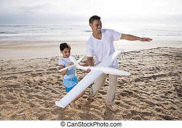 hispanic, pappa, flicka, leka, med, leksak hyvla, på, strand