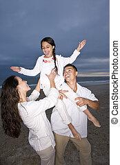 hispanic rodzina, z, córka, mająca zabawa, na, plaża