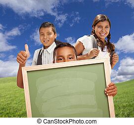 hispanic, studenci, do góry, kreda, pole, kciuki, dzierżawa, czysty, board., trawa
