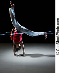 hispanic vrouw, doen, capoeira, krijgshaftige kunst