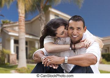 hispanicen kopplar ihop, ung, deras, färsk, främre del, hem, lycklig