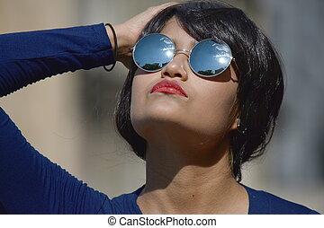 hispanique, femme, mémoire, problèmes, lunettes soleil port