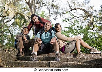hispanique, sacs dos, parc, randonnée, famille